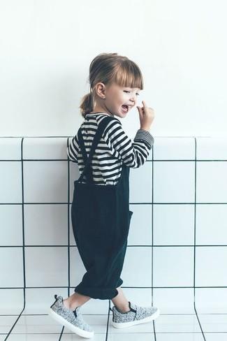 Cómo combinar: zapatillas grises, peto verde oscuro, camiseta de rayas horizontales en blanco y negro