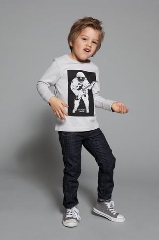 Cómo combinar: zapatillas grises, vaqueros negros, jersey blanco