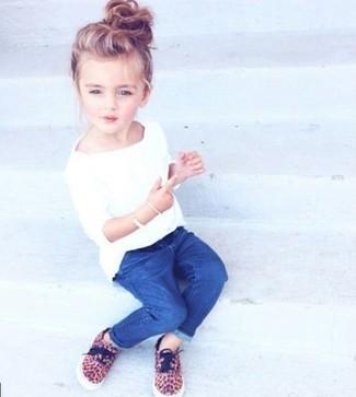 Cómo combinar: zapatillas marrón claro, vaqueros azules, camiseta blanca