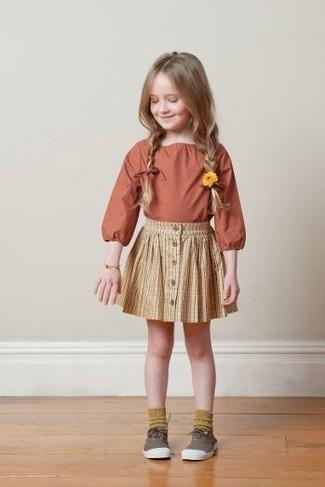 Cómo combinar: calcetines mostaza, zapatillas marrónes, falda amarilla, camisa de vestir naranja