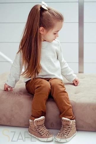 Cómo combinar: zapatillas marrónes, pantalones en tabaco, jersey blanco