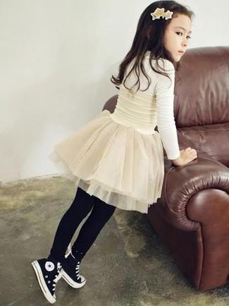 Cómo combinar: medias negras, zapatillas negras, falda de tul blanca, camiseta de manga larga blanca