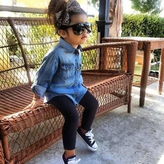 Cómo combinar: zapatillas negras, leggings negros, camisa de vestir vaquera azul