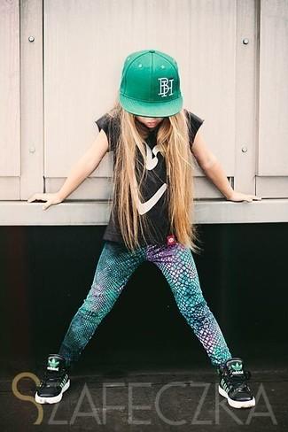 Cómo combinar: gorra de béisbol verde, zapatillas negras, leggings verdes, camiseta negra