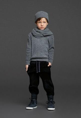Cómo combinar: gorro gris, zapatillas negras, pantalón de chándal negro, jersey gris