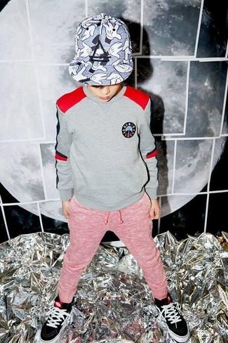 Cómo combinar: gorra de béisbol gris, zapatillas negras, pantalón de chándal rojo, jersey gris
