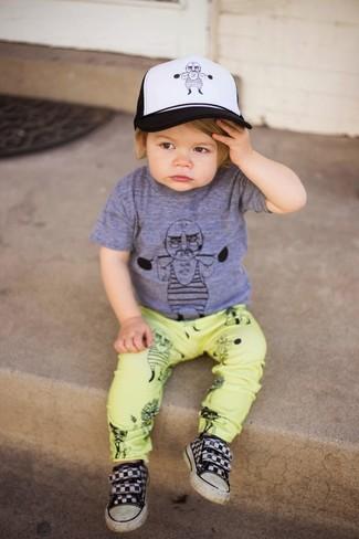 Cómo combinar: gorra de béisbol en blanco y negro, zapatillas negras, pantalones amarillos, camiseta gris