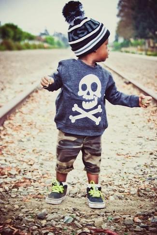 Cómo combinar: gorro negro, zapatillas negras, pantalones cortos marrónes, jersey azul marino