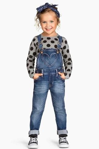 Cómo combinar: zapatillas negras, peto vaquero azul, jersey gris