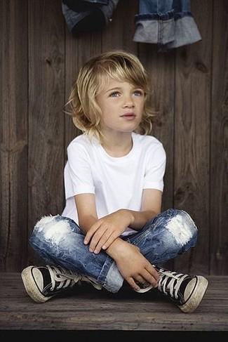 Cómo combinar: zapatillas negras, vaqueros azules, camiseta blanca