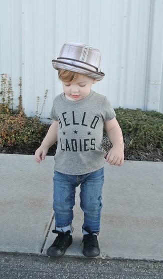 Cómo combinar: sombrero gris, zapatillas negras, vaqueros azules, camiseta gris