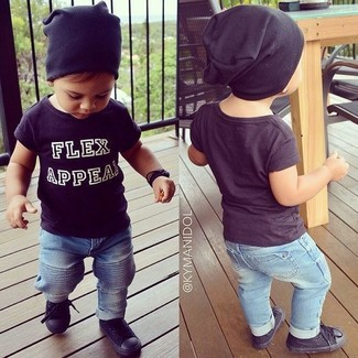 Cómo combinar: gorro negro, zapatillas negras, vaqueros celestes, camiseta negra