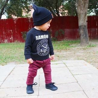 Cómo combinar: gorro negro, zapatillas negras, vaqueros morado, camiseta de manga larga estampada negra