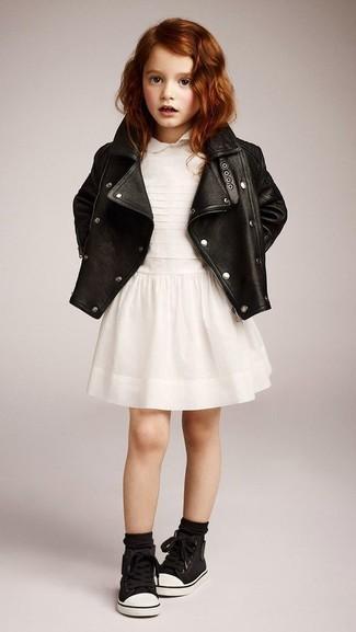 Cómo combinar: zapatillas negras, vestido blanco, chaqueta de cuero negra