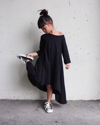 Cómo combinar: zapatillas negras, vestido negro