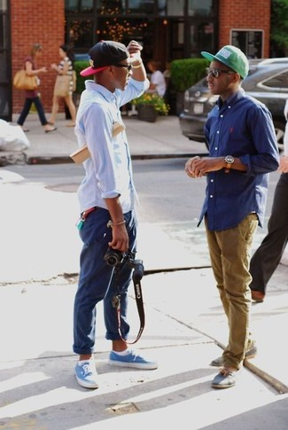 Cómo combinar: gorra de béisbol en rojo y negro, zapatillas plimsoll azules, pantalón chino azul marino, camisa de manga larga celeste