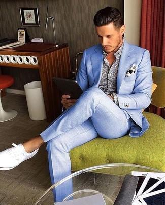 Combinar unas zapatillas plimsoll blancas: Empareja un traje celeste con una camisa de manga larga estampada azul para un perfil clásico y refinado. Si no quieres vestir totalmente formal, complementa tu atuendo con zapatillas plimsoll blancas.