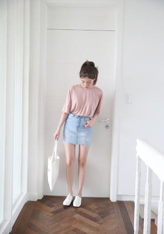 Cómo combinar: bolsa tote de lona blanca, zapatillas plimsoll blancas, minifalda vaquera celeste, camiseta con cuello circular rosada