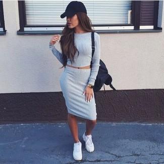 Cómo combinar: mochila de lona negra, zapatillas plimsoll blancas, falda lápiz de lana gris, jersey corto gris