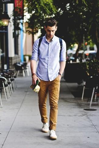 Cómo combinar: mochila de lona azul marino, zapatillas plimsoll blancas, pantalón chino marrón claro, camisa de manga larga celeste