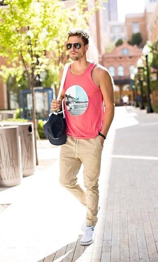 Cómo combinar una camiseta sin mangas estampada rosada (1 looks de ... 05e38b920215
