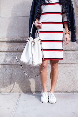 Cómo combinar: mochila con cordón de cuero blanca, zapatillas plimsoll blancas, vestido tubo de rayas horizontales en blanco y rojo, cazadora de aviador de cuero azul marino