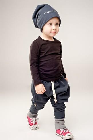 Combinar un pantalón de chándal en gris oscuro: