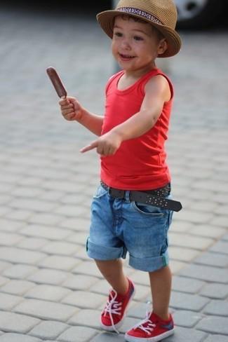 Cómo combinar: sombrero marrón claro, zapatillas rojas, pantalones cortos vaqueros azules, camiseta sin mangas roja