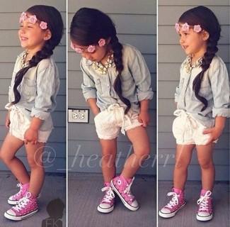 Cómo combinar: zapatillas rosa, pantalones cortos blancos, camisa de vestir vaquera celeste