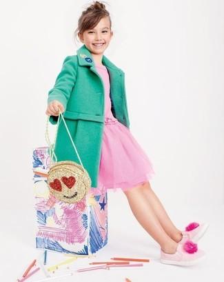 Cómo combinar: bolso dorado, zapatillas rosadas, vestido de tul rosado, abrigo verde