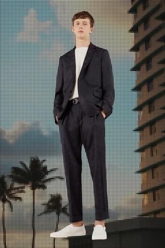 Cómo combinar: correa de cuero negra, zapatillas slip-on de cuero blancas, camiseta henley blanca, traje de satén negro