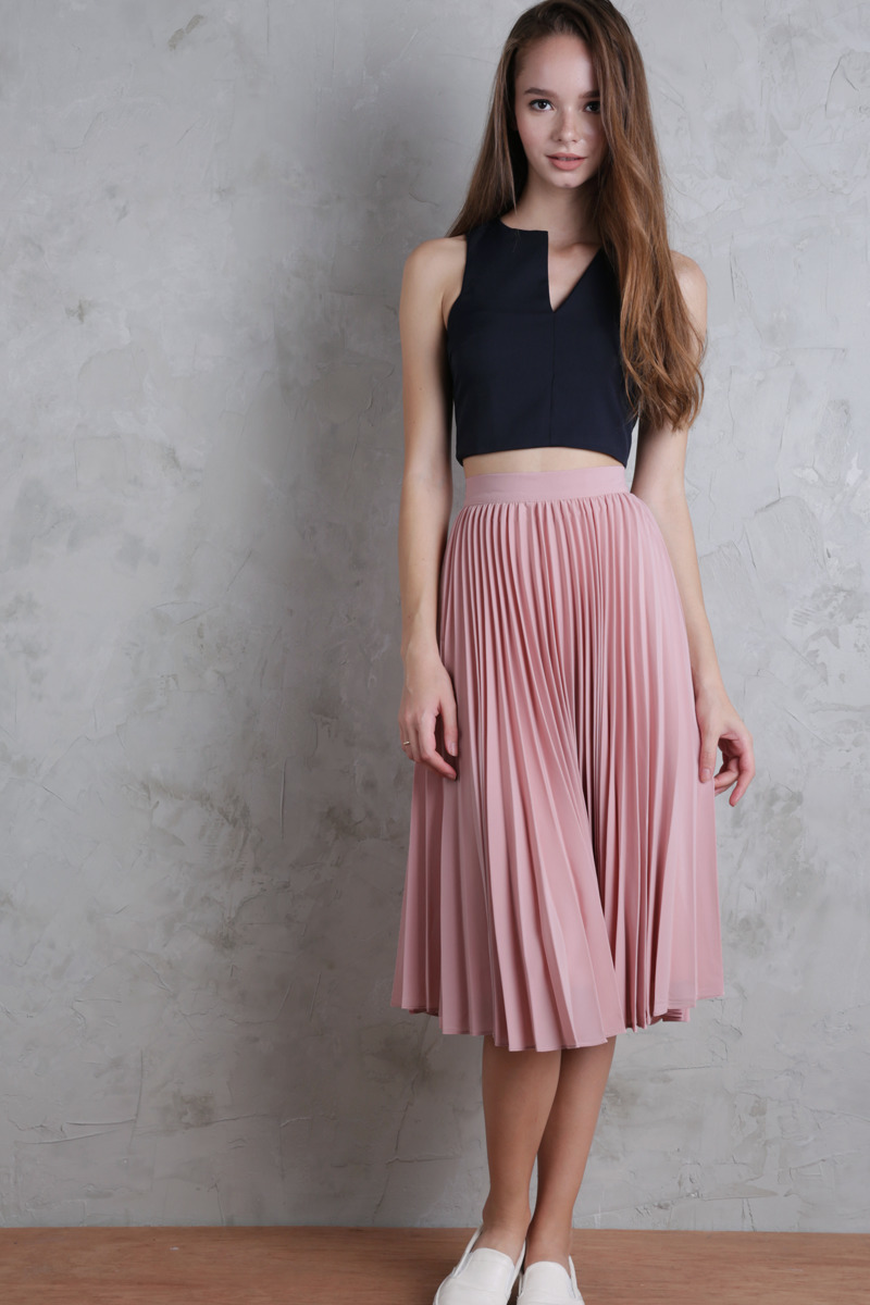 Un top corto de vestir con una falda plisada rosa (11 looks de moda ... 90454b81377d