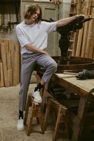 Combinar unas zapatillas slip-on de cuero blancas: Empareja una camiseta con cuello circular blanca junto a un pantalón chino gris para lidiar sin esfuerzo con lo que sea que te traiga el día. Zapatillas slip-on de cuero blancas son una opción atractiva para complementar tu atuendo.