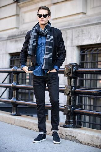 Cómo combinar: bufanda de tartán azul marino, zapatillas slip-on azul marino, camisa de manga larga azul, cazadora de aviador negra