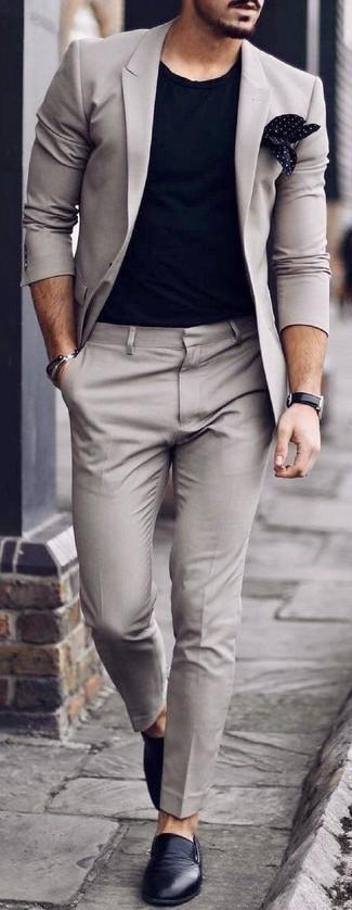 Cómo combinar: pañuelo de bolsillo a lunares en negro y blanco, zapatillas slip-on de cuero negras, camiseta con cuello circular negra, traje gris