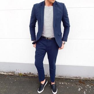 Cómo combinar: correa de cuero negra, zapatillas slip-on de cuero negras, camiseta con cuello circular de rayas horizontales en blanco y azul marino, traje de lana azul marino