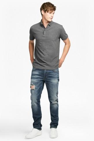 Cómo combinar: zapatillas slip-on de cuero blancas, vaqueros desgastados azul marino, camisa polo gris