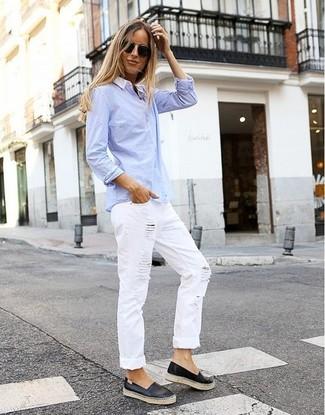 Cómo combinar: zapatillas slip-on de cuero negras, vaqueros boyfriend desgastados blancos, camisa de vestir celeste