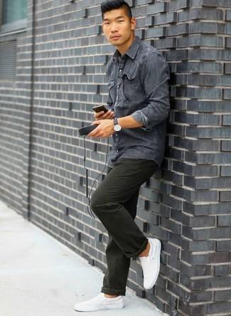 Combinar unas zapatillas slip-on de lona blancas: Empareja una camisa vaquera en gris oscuro con un pantalón chino verde oscuro para una apariencia fácil de vestir para todos los días. Zapatillas slip-on de lona blancas son una opción práctica para complementar tu atuendo.