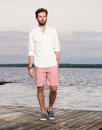 Outfits hombres en clima cálido: Intenta ponerse una camisa de manga larga blanca y unos pantalones cortos rosados para un look diario sin parecer demasiado arreglada. Zapatillas slip-on de lona de rayas horizontales en azul marino y blanco son una opción inigualable para complementar tu atuendo.