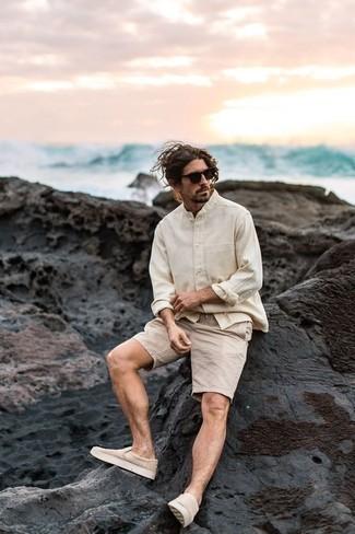 Combinar unas gafas de sol en marrón oscuro: Una camisa de manga larga en beige y unas gafas de sol en marrón oscuro son una opción inigualable para el fin de semana. Haz zapatillas slip-on de lona en beige tu calzado para mostrar tu inteligencia sartorial.