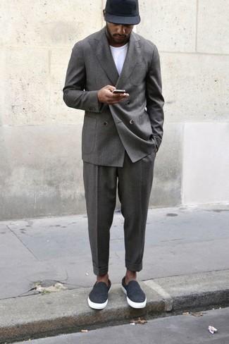 Combinar un traje: Considera emparejar un traje junto a una camiseta con cuello circular blanca para el after office. ¿Quieres elegir un zapato informal? Usa un par de zapatillas slip-on de lona en gris oscuro para el día.