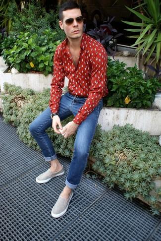 Cómo combinar: gafas de sol en marrón oscuro, zapatillas slip-on de ante grises, vaqueros pitillo azules, camisa de manga larga estampada roja