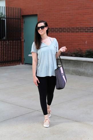 Cómo combinar: bolsa tote de cuero estampada azul marino, zapatillas slip-on rosadas, leggings negros, camiseta con cuello en v gris