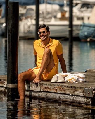 Cómo combinar: gafas de sol marrón claro, zapatillas slip-on de ante marrón claro, pantalones cortos naranjas, camisa polo naranja