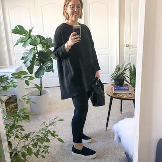 Cómo combinar: bolsa tote de cuero negra, zapatillas slip-on negras, leggings negros, jersey oversized negro