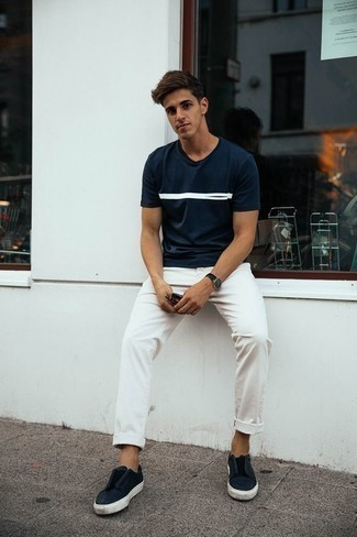 Combinar unas zapatillas slip-on de cuero negras: La versatilidad de una camiseta con cuello circular estampada en azul marino y blanco y un pantalón chino blanco los hace prendas en las que vale la pena invertir. Agrega zapatillas slip-on de cuero negras a tu apariencia para un mejor estilo al instante.