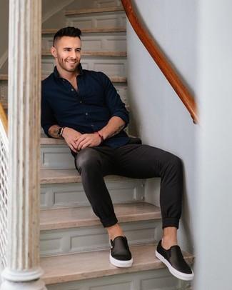 Cómo combinar: reloj de cuero negro, zapatillas slip-on de cuero negras, pantalón chino negro, camisa de manga larga azul marino