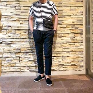 Cómo combinar: reloj de cuero azul marino, zapatillas slip-on negras, pantalón chino negro, camiseta con cuello circular de rayas horizontales en blanco y negro
