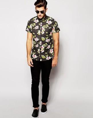 Cómo combinar: gafas de sol negras, zapatillas slip-on de cuero negras, vaqueros pitillo negros, camisa de manga corta con print de flores negra